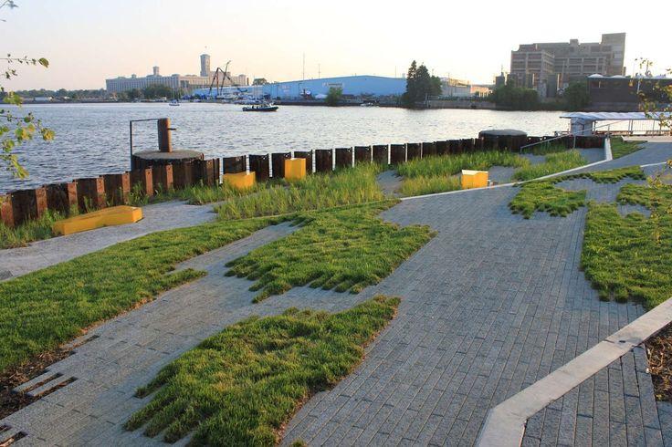 Небольшая городская площадь в исторического центре портового города Милуоки не балует своих посетителей особыми изысками. Девиз дизайнеров – «экологичность и устойчивость», что сочетается с внешней простотой. Правда, оригинальный «рваный» газон выглядит любопытно, делая площадь узнаваемой.