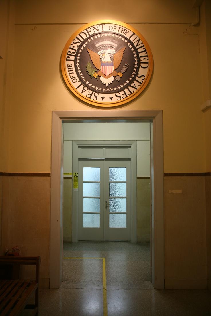 Tom Sachs Presidential Seal, 2003 Εγκατάσταση, 160 εκ. Ευγενική παραχώρηση της Συλλογής Δάκη Ιωάννου Φωτογράφιση Μαργαρίτα Μυρογιάννη