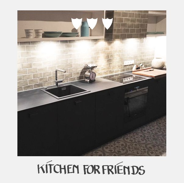 Kitchenforfriends Raphaeldesign Ganz Frisch Fotografiert Eine Fertiggestellte Kuche In Hamburg Die Front Ist Schwarz Mit E Kuche Arbeitsplatte Wandregal