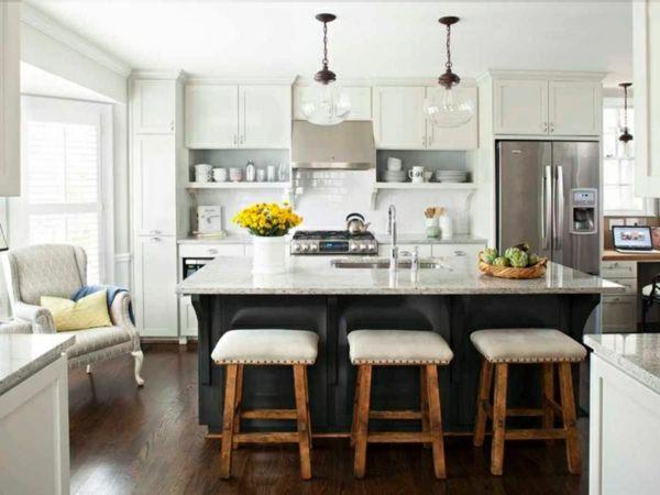 küche mit kochinsel kleine küche mit grünen küchenschränken und