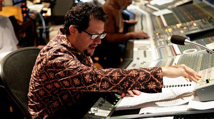 «Изгой-один» - первый полнометражный фильм саги, музыку к которому писал не легендарный композитор Джон Уильямс. Его заменил Майкл Джаккино, чью музыку мы ранее могли слышать в «Зверополисе», «Головоломке», «Мире Юрского периода» и ряде других лент.  На фото: композитор Майкл Джаккино за работой.