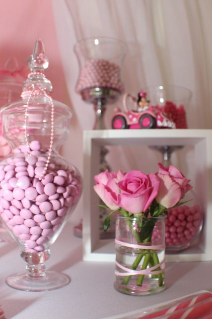 para poner en cada mesa. mentas y flores mira el florero de las rosas con la cinta.
