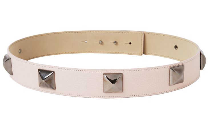 Studded belt in nude with black studs! Give your outfit a rebel twist with this beautiful gold studded belt. Each stud is applied by skilled hands in Italy who have been producing leather accessories since 1977! The belt is made out of genuine Italian leather and features a hidden double button closure. It can be worn with any piq look.