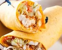 Testé et approuvé (mais fromage blanc à la place de la crème fraîche)    http://www.cuisineaz.com/recettes/wraps-au-poulet-curry-50137.aspx