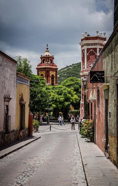 Peña de Bernal by Juanjo Gutierrez, via Flickr  Una peña es un lugar donde se puede escuchar la música tipica de los Andes