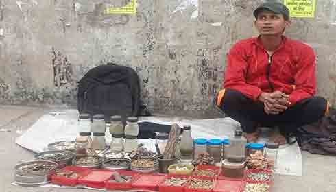 Quacks openly sell unsubstantiated drugs on Delhi's pavements
