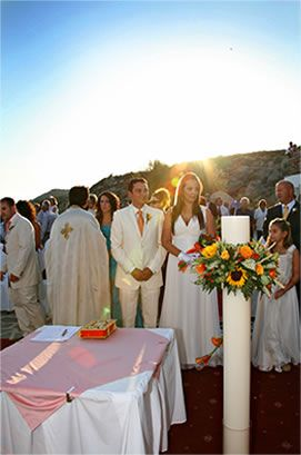 VISIT GREECE  Brides- and grooms-to-be seeking a dreamy romantic getaway have plenty of options to choose in #Greece! Hide away at an intimate bungalow or retreat to an extravagant resort? Keep wallets intact or splurge on a luxurious-yet-unforgettable vacation? Spend days strolling hand-in-hand along golden sands or meandering through urban streets? Whatever your preference, let these romantic #destinations, help you start your new journey together!