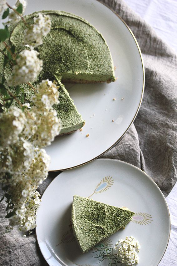 Matcha Kuchen, glutenfrei und raw | gefunden auf www.from-hand-to-mouth.com