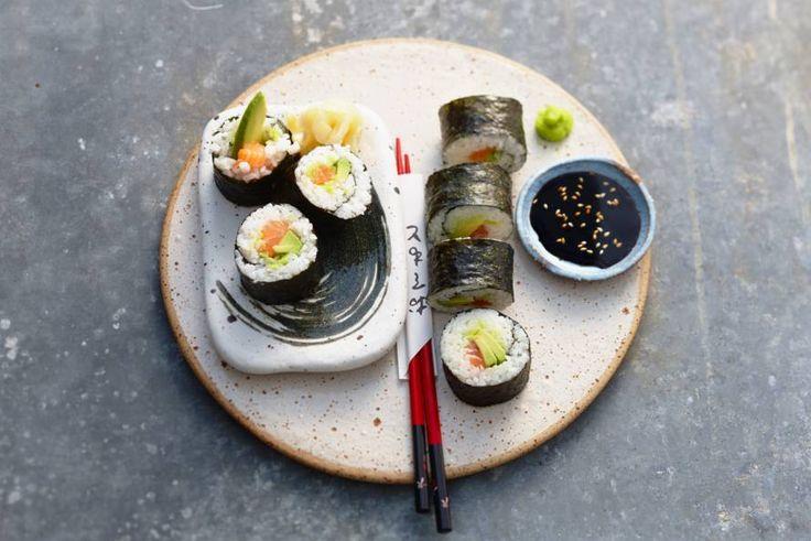 Zalm, avocado en rijst... rollen maar! Recept - Sushirol met zalm en avocado - Allerhande