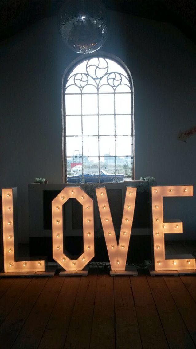 Verlichte LOVE letters doen het altijd goed als aankleding trouwlocatie.