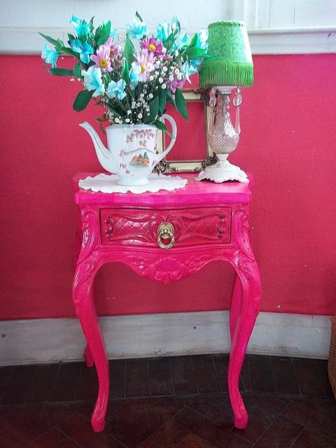 Mesa de luz Luis XV magenta by la cabeza de maria antonieta, via Flickr   meaning one pink French table
