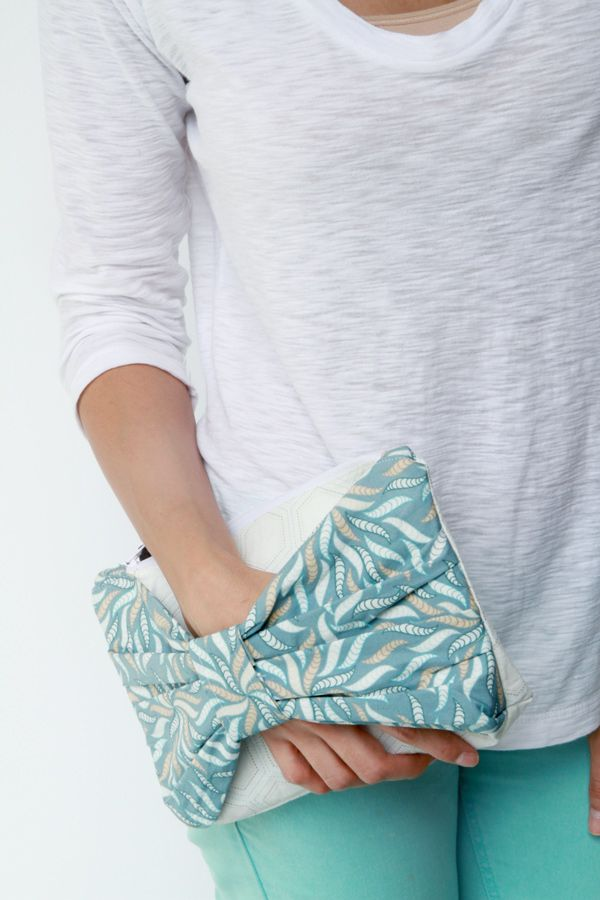 Christina Clutch! I have never cared to hold onto a clutch, but this idea makes a clutch easier to hold. This is an easy DIY purse tutorial which would look beautiful on your next evening out. LOVE! #Accessories