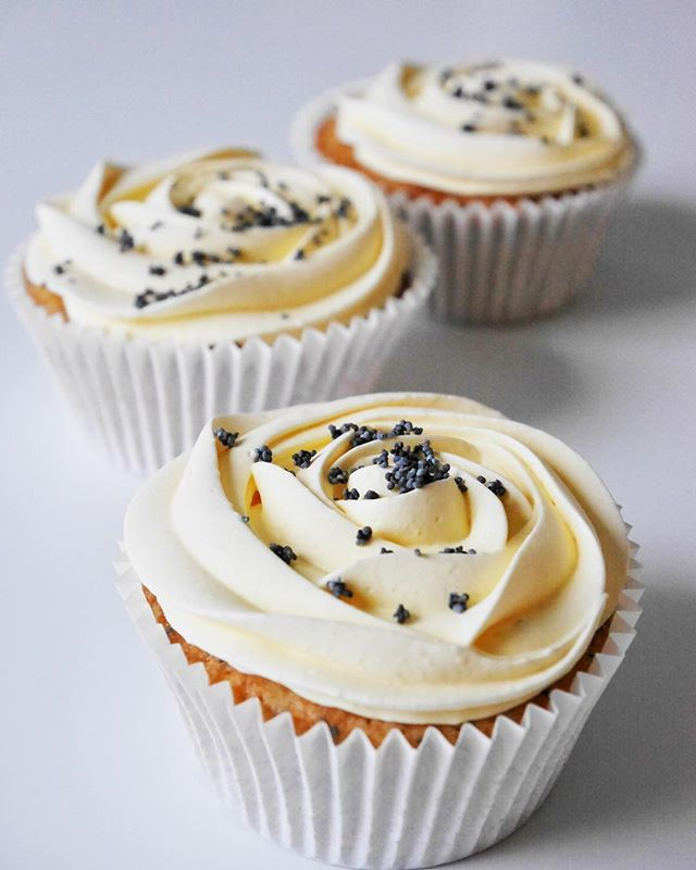 Glutenfria citron- och vallmocupcakes, bakade med mandelmjöl och rismjöl. Saftiga och supergoda, med en marängfrosting på toppen. Recept@brinkenbakar Gluten free lemon poppy seed cupcakes