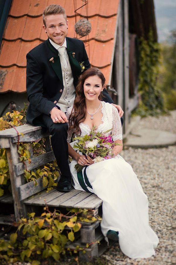 Hochzeitsdirndl Weiss Mit Gruner Schleife Hochzeits Trachtenanzug Mit Gilet Und Langer Jacke Hochzeitsfoto Tracht Dirndl Hochzeit Hochzeit