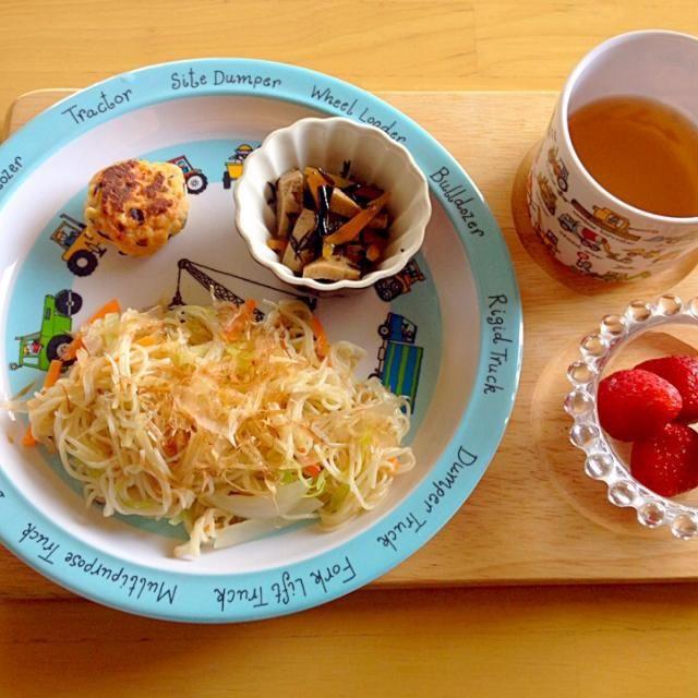 ・そうめんチャンプル ・鮭ハンバーグ ・ひじきと高野豆腐の煮物 ・いちご - 8件のもぐもぐ - 息子ランチ by eri