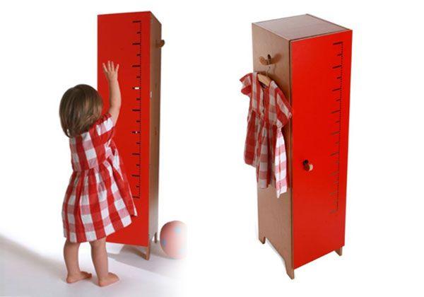 Armadio a misura di bambini, disegnato da Sebastian Bergne per the Collection Editions. Sulla porta c'è l'asta graduata per misurare l'altezza dei bimbi: è un segno grafico che ha il doppio uso pratic