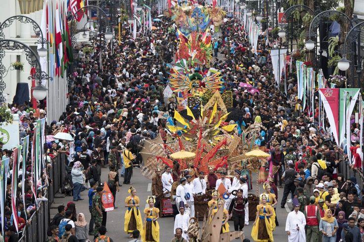 Ribuan peserta mengikuti Karnaval Asia Afrika di jalan Asia Afrika, Bandung, Jawa Barat, Sabtu (25/4). Parade berkaitan rangkaian Peringatan ke-60 Tahun Konferensi Asia Afrika diikuti sejumlah negara peserta dengan menampilkan budaya dan pakaian tradisional masing-masing negara. ANTARA FOTO/M Agung Rajasa/nz/par/15.