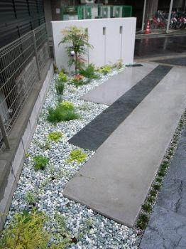 植物は駐車スペースが狭苦しくならないよう低木地被類中心です