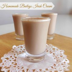 Homemade Bailey's Irish Cream Recipe - make your own delicious alcoholic Bailey's drink at home from scratch for a fraction of the price of the store-bought stuff! Great for St Patrick's Day | www.pinkrecipebox.com