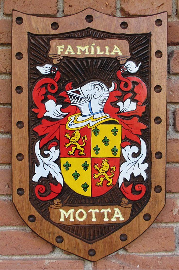 Brasão da família Motta entalhado em madeira