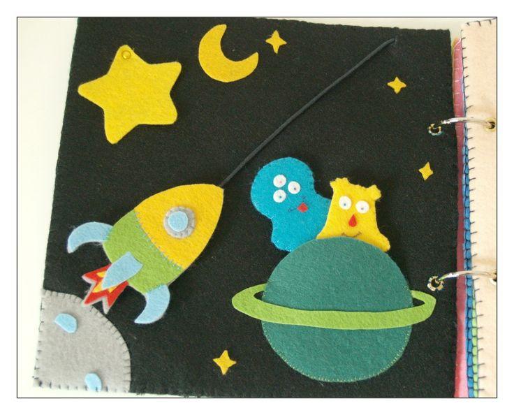 """# La page espace: là encore, trois activités: une fusée à faire décoller le long d'un fil, une grosse étoile à soulever, sous laquelle on trouve deux petites étoiles phosphorescentes (je n'ai pas de photo """"by night""""), et deux extra terrestres marionnettes à doigts:"""