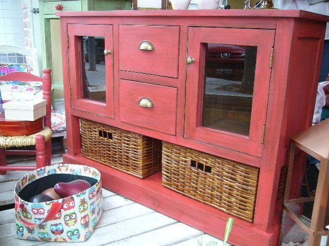 Mueble en madera maciza, pintado y con terminación en técnica decapado. Se puede usar como mueble auxiliar o para LCD y accesorios. Tiene ruedas. Color rojo. Se puede realizar en otros colores a elección. Medidas: 1.00m de ancho x 0.72m de altura x 0.33m de profundidad