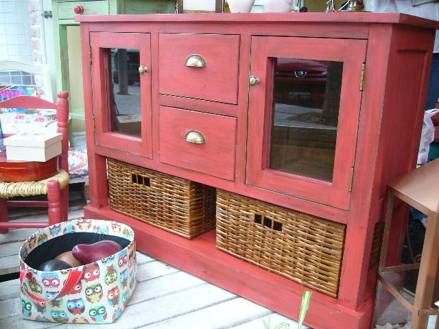 Mueble en madera maciza, pintado y con terminación en técnica