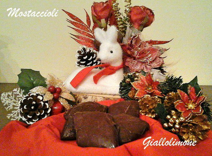 I mostacciuoli sono dei dolci natalizi partenopei a forma di rombo. Sono caratterizzati da una pasta morbida di mandorle, spezie e miele e sono ricoperti di cioccolato.