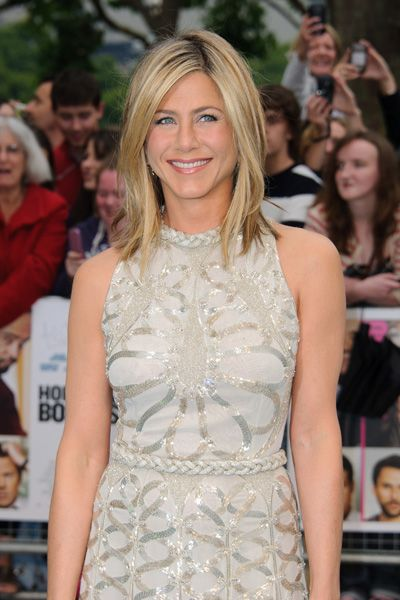 Get Jennifer Anistons red carpet golden glow