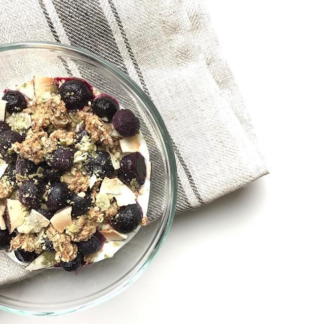 I thought I would take my breakfast out on the deck today! It's not warm yet but the cool weather is just what you need to wake you up in the morning. I absolutely LOVE that this breakfast parfait was sooo quick to put together. Greek yogurt, blueberries, toasted coconut flakes 💗 (I'm obsessed with these) AND I crumbled up one of my energy balls (see HN blog for recipe). Nutritionally balanced and delicious 😋. . . . #yogurtparfait #thursday #almisttheweekend #forkyeah #nutritionist…
