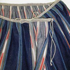 Väljyys kootaan pienille pehmeille laskoksille kapeaan vyötärönauhaan. Laskoksia ei prässätä. Hameen sauman yhteyteen valmistetaan halkio, joka asettuu etusivuun. Halkio suljetaan pellavalangasta kierretyillä nyöreillä.