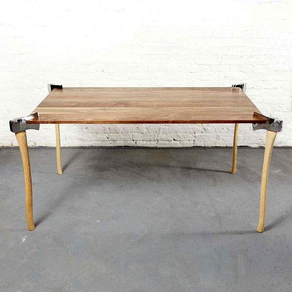 板の四隅に斧で切りつけて脚にしたデザインのテーブル - 01