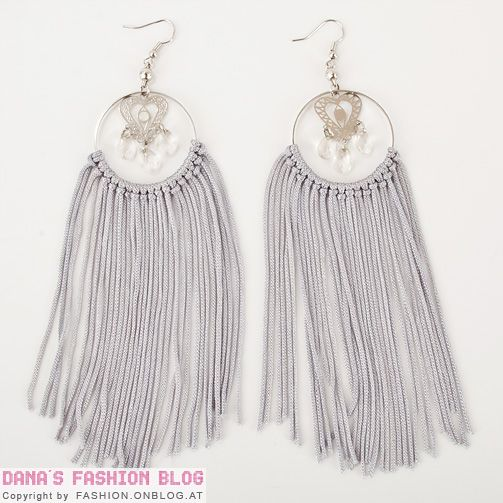 Tavalliset rengaskorvikset saavat lisää näyttävyyttä hapsuista. Jewelry DIY Tutorial: Spice up simple hoop earrings with frings - final result