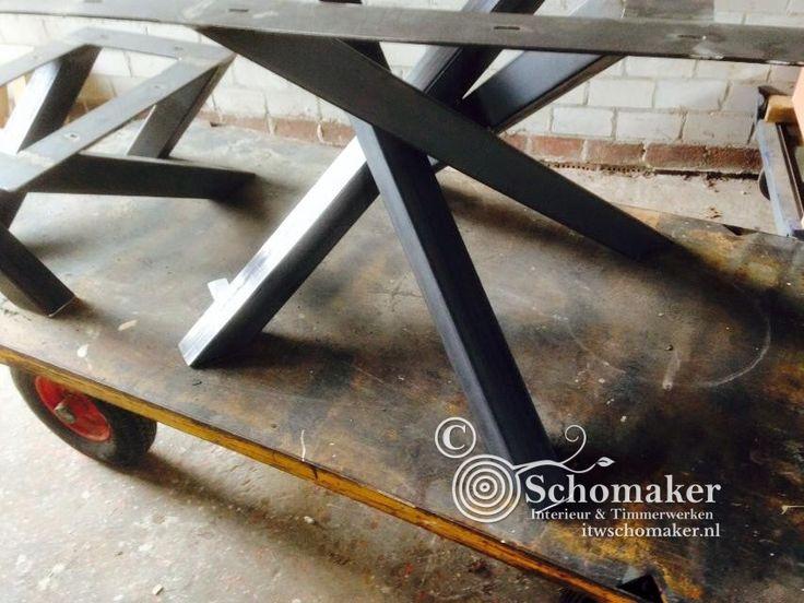 Ronde bijzettafels in industrieel ontwerp Deze bijzettafeltjes hebben een tafelbladvan 3,5cm dik rustiek eiken. Tafelblad behandeld met Pura natura mat lak 2comp. Deze lak laag is niet zichtbaar Kras en stoot vast Vergeelt niet  afm 40x40x30cm € 125,- afm 50x50x35cm € 155,- afm 60x60x40cm € 175,-  Bezorgkosten binnen Nederland*:€ 17,95,- *met uitzondering van …