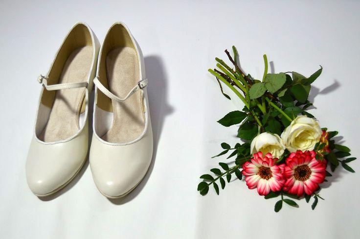 Svatební boty model Katrina T-styl. Pravá kůže ivory. Svadobné lodičky z pravej kože ivory. svatební boty, svatební obuv, svadobné topánky, svadobná obuv, obuv na mieru, topánky podľa vlastného návrhu, pohodlné svatební boty, svatební lodičky, svatební boty na nízkém podpatku, nude boty, boty v telové barvě, svatební boty na nízkém podpatku, balerínky, pohodlné svatební boty, Retro svadobné topánky. Tanečné svadobné topánky. Kožené svadobné topánky, 5 cm opatok