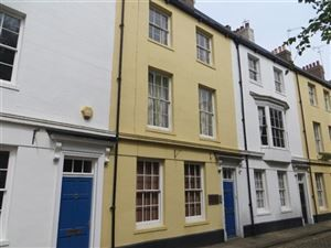Prince Street, Central Hull - £850 pcm  Four bedroom terraced house Grade II listed building In the heart of the Old town. Allocated off street parking Communal gardens