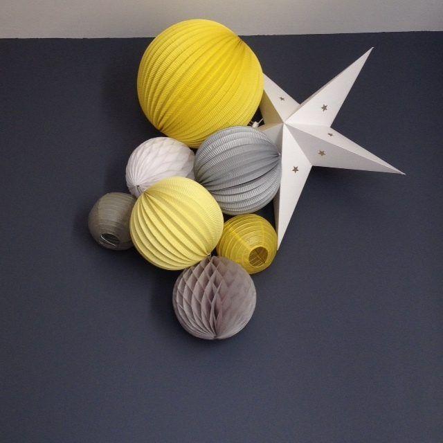 Une chambre en jaune et gris. Encore plus d'idées et de kits à offrir sur notre site : www.sous-le-lampion.com