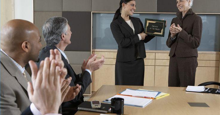"""Cómo iniciar un premio del empleado del mes . Cómo iniciar un premio del empleado del mes. Los programas de""""Empleado del mes"""" (EDM) a menudo se esfuman después de un corto tiempo. La placa en el vestíbulo pasa meses sin una actualización, las nominaciones declinan y la moral del empleado decrece. Instituir un programa de EDM que sea fácil de mantener y fomente la equidad, mejora la moral sin ..."""