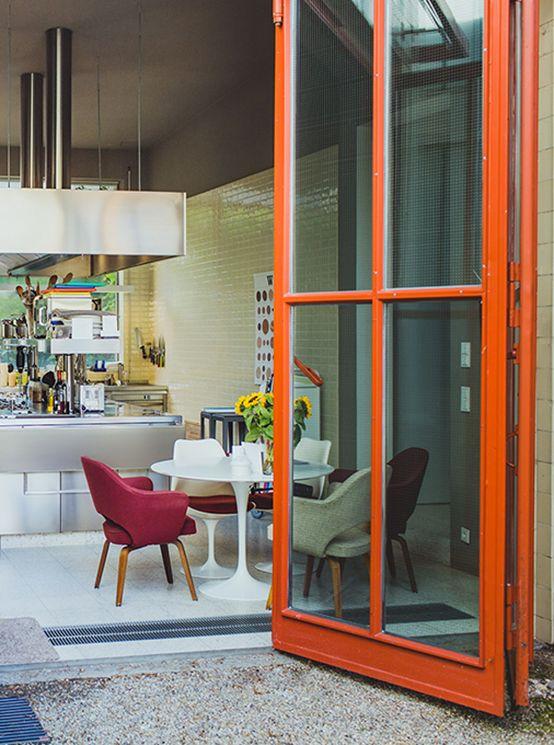 Can you imagine this confidently stylish home once was a gas station in the heart of Berlin? Jürg Judin's house for @fvonf home stories. // Kaum vorstellbar, dass dieses stilsichere Zuhause eine ehemalige Tankstelle im Herzen Berlins ist. Jürg Judins Haus für @fvonf Home Stories. #living #livinginstyle #interior #design #home #FreundeVonFreunden #enjoysiemens #FutureLiving  #HomeStories