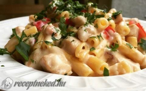 Tejszínes-sajtos csirkés tészta recept fotóval
