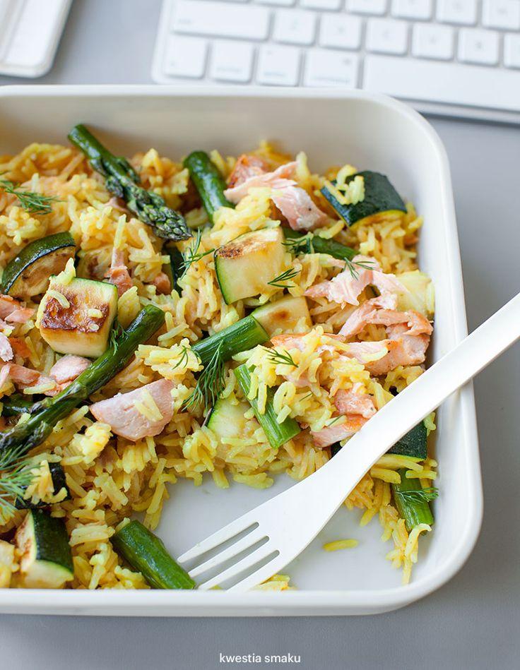 Zestaw lunchowy z pieczonym łososiem, szparagami i cukinią