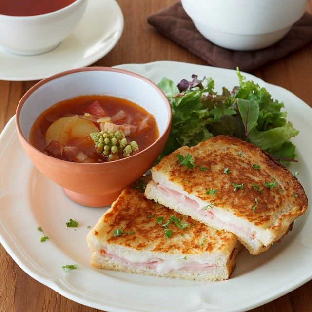 夕食に、ティールームの冬限定メニュー「オーブンフレンチトーストサンド」はいかが。ハムとモッツァレラチーズを挟みオーブンで焼き上げた、食事として愉しめる新感覚のフレンチトースト。外はカリッと香ばしく、中はチーズがとろりとした食感です。有機トマト、飴色玉ねぎのミネストローネスープとともに。ぜひお召し上がりくださいね。http://bit.ly/1zFIvsc #フレンチトースト #ハム #モッツァレラチーズ #ミネストローネ #AfternoonTea #TEAROOM #アフタヌーンティー #ティールーム #toast #cheese