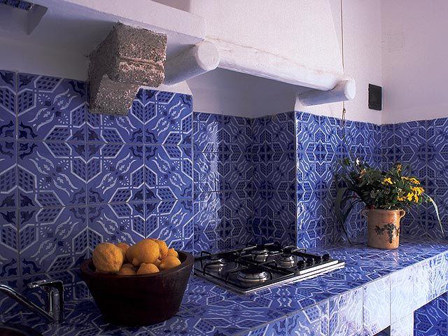 Cucina in muratura con decoro blu eoliano ceramics pottery design http www - Idee decoro casa ...