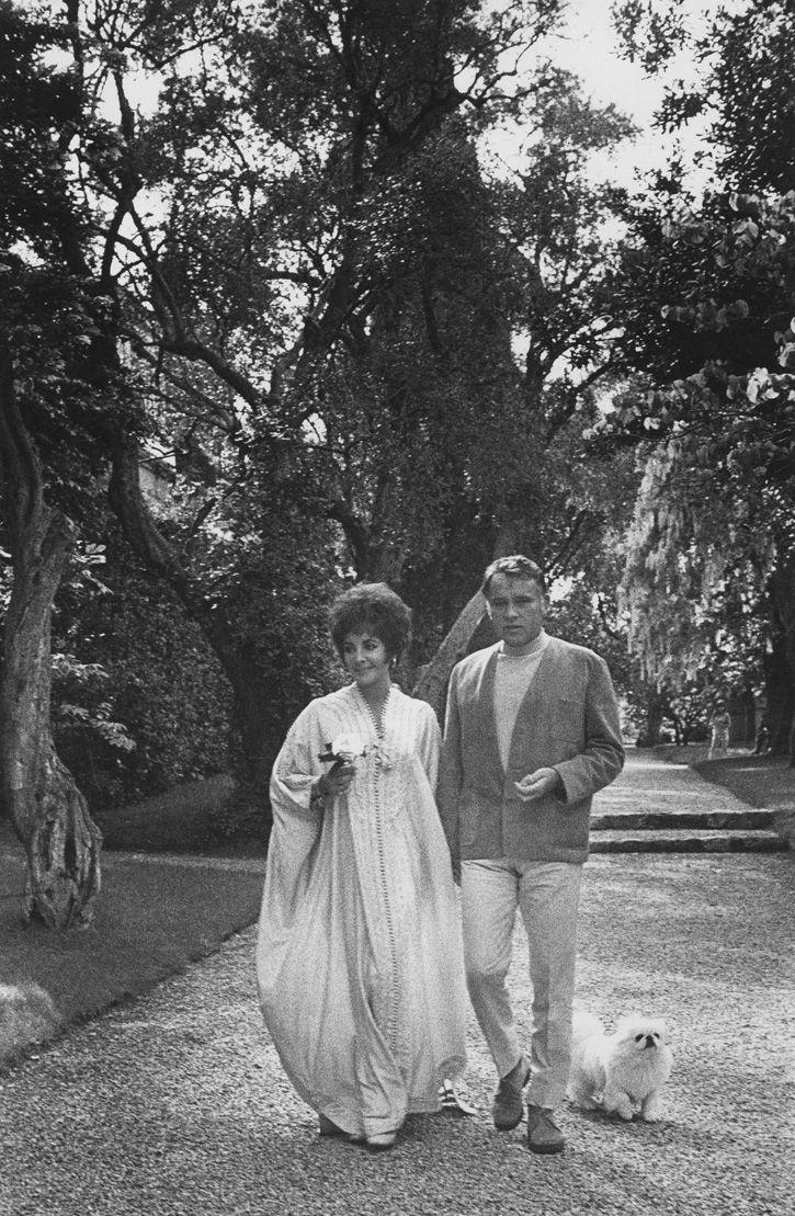 Elizabeth Taylor and Richard Burton captured by Henry Clarke, La Fiorentina, Saint-Jean-Cap-Ferrat, in 1967 Via www.theredlist.com