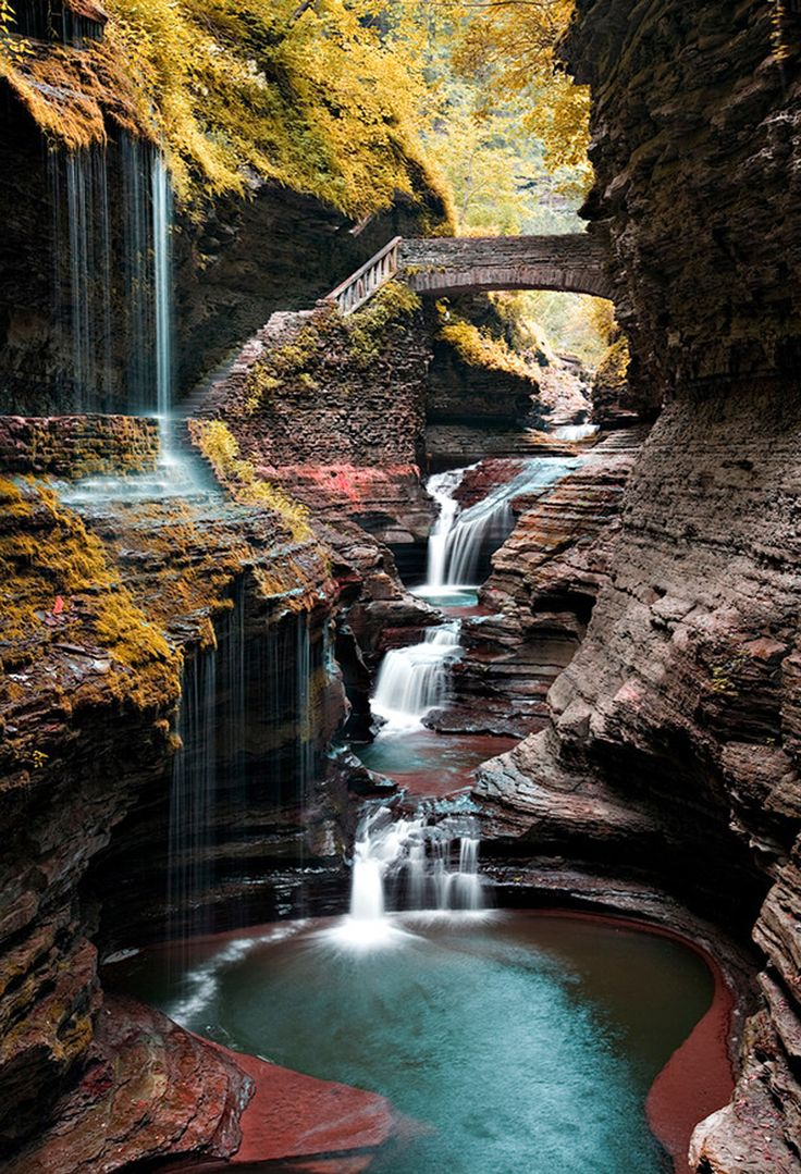 Parque Estadual Watkins Glen (Watkins Glen State Park), Nova York, USA. As cataratas de Niagara são incríveis e atraem os olhares de turistas há muitos anos. Se você deseja ir a algum lugar diferente e menos conhecido, a dica fica ao sul do lago Seneca (Seneca Lake), na região dos lagos Finger ( Finger Lakes). É nessa área que fica a ponte Arco-íris (Rainbow Bridge) e outras cachoeiras de tirar o fôlego.