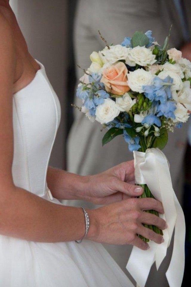 Wat een lieve blauwe bloemetjes om een paar van in je boeket te doen! Dit boeket is trouwens ook zo al heel mooi (maar mag nog iets meer kleur/ warmte)!    Bloom your Life in Nieuwkoop | ThePerfectWedding.nl