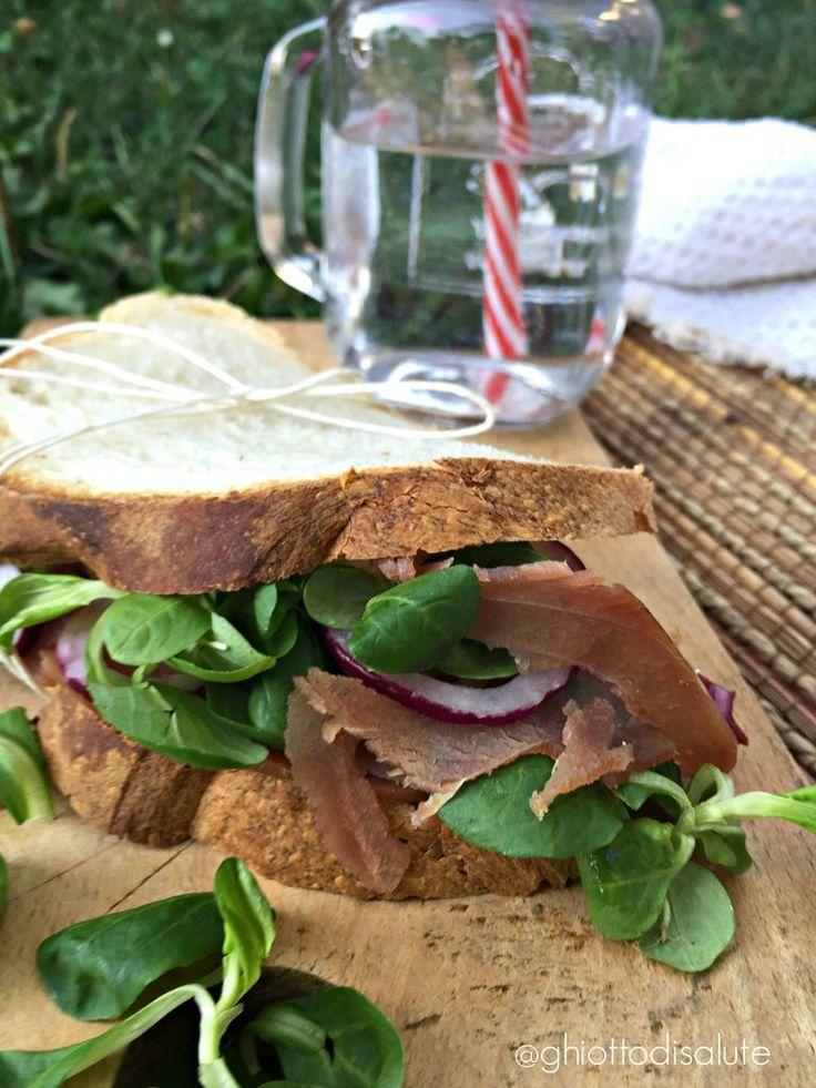 Sandwich semi-integrale con tonno affumicato e cipolla di tropea | Ghiotto di Salute
