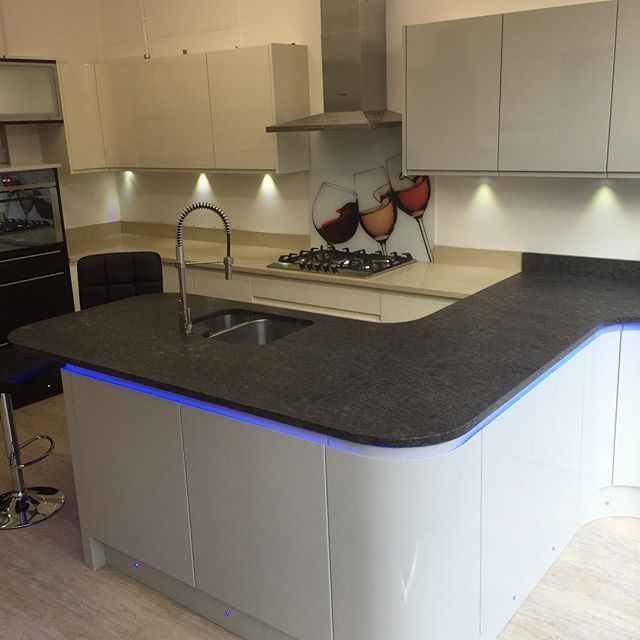 Just a few pictures of our showrooms Italian doors White high gloss (integrated handle) with Hanex Worktop with franke undermount sink #hanex #granite #graniteworktop #highgloss #modernkitchen #brightonkitchens #hovekitchens #modernkitchen #frankesinks #franketaps #kitchen #brighton&hove