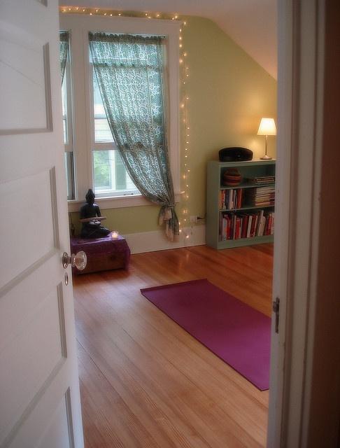 yoga em casaYoga Studios, Yoga Meditation, Workout Room, Spare Room, Room Ideas, Meditation Rooms, Yoga Spaces, Yoga Rooms, Meditation Spaces