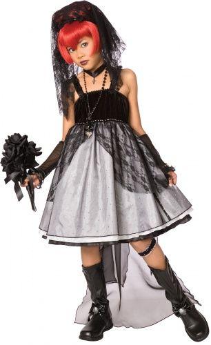 Questo costume da sposa gotica da bambina è composto da un vestito, un paio di maniche, 2 giarrettiere, un collarino in tessuto e un cerchietto decorato da un velo nero di pizzo (parrucca, bouquet, collane e scarpe non inclusi). l'abbinamento di tesuti differenti regala a questo abito un bel volume che piacerà certamente alle bambine...e alle mamme!  Questo travestimento da sposa gotica è perfetto per Halloween!
